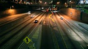 Im Stadtzentrum gelegener Los Angeles-Autobahn-Verkehr nachts (Pan Up) stock video
