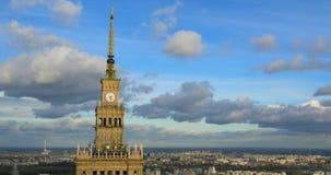 Im Stadtzentrum gelegener Panoramablick Polens, Warschau mit Wissenschafts-und Kultur-Palast im Vordergrund stock video footage