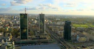 Im Stadtzentrum gelegener Panoramablick Polens, Warschau mit Wolkenkratzern im Vordergrund stock video