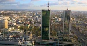 Im Stadtzentrum gelegener Panoramablick Polens, Warschau mit Wolkenkratzern im Vordergrund stock video footage