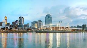 Im Stadtzentrum gelegener panoramischer Überblick Cincinnatis Lizenzfreie Stockbilder