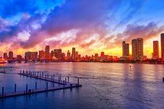 Im Stadtzentrum gelegener Skylinesonnenuntergang Florida US Miamis Lizenzfreie Stockbilder