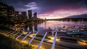 Im Stadtzentrum gelegener Vancouver-Sonnenuntergang auf dem Wasser Stockbild