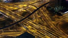 Im Stadtzentrum gelegener Verkehr Dubais nachts, Vereinigte Arabische Emirate stock video footage