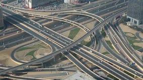 Im Stadtzentrum gelegener Verkehr Dubais, Vereinigte Arabische Emirate stock footage