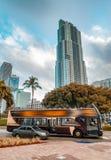 Im Stadtzentrum gelegener Verkehr Miamis mit Bus und Autos Lizenzfreie Stockfotos
