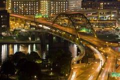 Im Stadtzentrum gelegener Verkehr nachts Lizenzfreie Stockfotografie