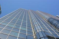 Im Stadtzentrum gelegenes Bürokontrollturmgebäude, das oben schaut Stockfotos