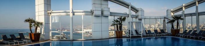 Im Stadtzentrum gelegenes Beirut vom Dachspitzenpool Lizenzfreie Stockfotos