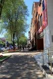 Im Stadtzentrum gelegenes Broadway, wenn die amerikanischen Flaggen auf Front drapiert sind, von Gebäuden, bereiten für Feiertags Lizenzfreies Stockfoto