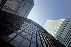 Im Stadtzentrum gelegenes Bürogebäude an einem sonnigen Tag Lizenzfreies Stockfoto
