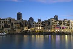 Im Stadtzentrum gelegenes Burj Dubai an der Dämmerung Lizenzfreies Stockbild