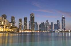 Im Stadtzentrum gelegenes Burj Dubai an der Dämmerung Stockfoto