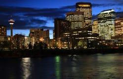 Im Stadtzentrum gelegenes Calgary nachts Stockfoto