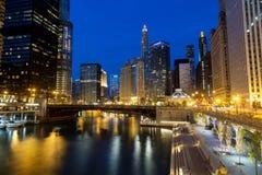 Im Stadtzentrum gelegenes Chicago, der Chicago River und das Riverwalk an der Dämmerung Lizenzfreie Stockfotos