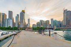 Im Stadtzentrum gelegenes Chicago entlang lizenzfreies stockfoto