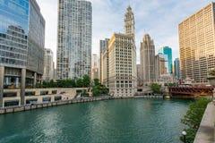 Im Stadtzentrum gelegenes Chicago entlang dem Chicago River lizenzfreies stockbild