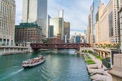 Im Stadtzentrum gelegenes Chicago entlang dem Chicago River stockbilder