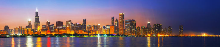 Im Stadtzentrum gelegenes Chicago, IL bei Sonnenuntergang Stockfotos