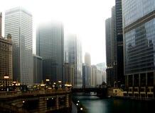 Im Stadtzentrum gelegenes Chicago mit Wolkenkratzern unter Winternebel stockfotos
