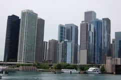 Im Stadtzentrum gelegenes Chicago von der Flussmündung Lizenzfreie Stockfotografie
