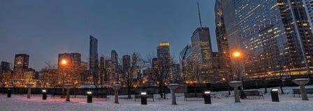 Im Stadtzentrum gelegenes Chicago während des Winters an einem trostlosen Tag lizenzfreie stockfotos
