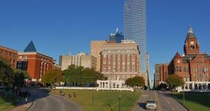 Im Stadtzentrum gelegenes Dallas mit Dealey-Piazza, Buch-Lager und altem rotem Gericht-Museum stock footage