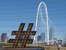 Im Stadtzentrum gelegenes Dallas von Ron Kirk Bridge Parking Lot Stockfotos
