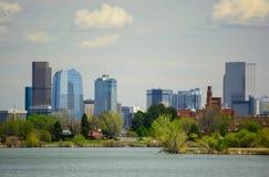 Im Stadtzentrum gelegenes Denver, Colorado von Sloan Lake an einem sonnigen Tag stockfotografie