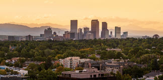 Im Stadtzentrum gelegenes Denver mit Sonnenuntergang stockbilder