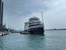 Im Stadtzentrum gelegenes Detroit River Sommerspaß-Bootskreuzschiff lizenzfreie stockfotografie