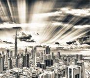 Im Stadtzentrum gelegenes Dubai bei Sonnenuntergang vom Stadtfluß, Vogelperspektive Lizenzfreies Stockbild