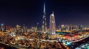 IM STADTZENTRUM GELEGENES DUBAI - 3. Juni 2014 - ein Skylineansicht Dubai-Mall, Dubai-Brunnen und der höchste Wolkenkratzer in Stockbild