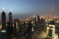 Im Stadtzentrum gelegenes Dubai nachts Stockfoto