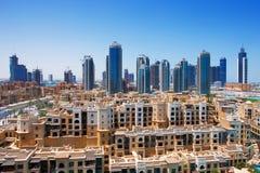 Im Stadtzentrum gelegenes Dubai wird durch die hohen Kontrolltürme in den Schatten gestellt Stockbilder