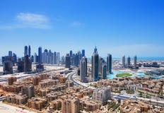 Im Stadtzentrum gelegenes Dubai wird durch zahlreiche Wolkenkratzer in den Schatten gestellt Stockbild