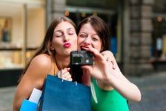 Im Stadtzentrum gelegenes Einkaufen der Frauen mit Beuteln Stockbilder