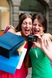 Im Stadtzentrum gelegenes Einkaufen der Frauen mit Beuteln Lizenzfreies Stockfoto