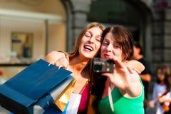 Im Stadtzentrum gelegenes Einkaufen der Frauen mit Beuteln Stockfotografie