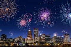 Im Stadtzentrum gelegenes feierndes Sylvesterabend Portlands mit dem Blitzen Stockfoto