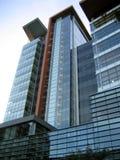 Im Stadtzentrum gelegenes hohes Gebäude des Zeitgenossen Stockfoto