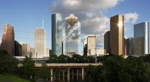 Im Stadtzentrum gelegenes Houston gesehen vom sumpfigen Flussarm Lizenzfreie Stockfotos