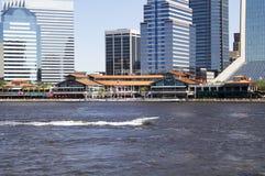Im Stadtzentrum gelegenes Jacksonville, Florida über dem St Johns River Lizenzfreie Stockfotos