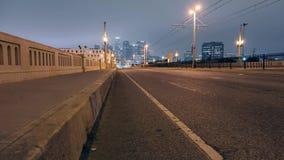 Im Stadtzentrum gelegenes Los Angeles, wie von einer Brücken-Überführung gesehen stock video