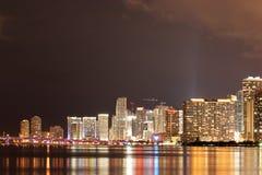 Im Stadtzentrum gelegenes Miami nachts Lizenzfreie Stockfotos