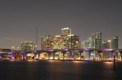 Im Stadtzentrum gelegenes Miami nachts lizenzfreies stockfoto