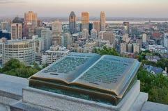 Im Stadtzentrum gelegenes Montreal und Plakette von Jacques Cartier Stockbild