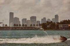 Im Stadtzentrum gelegenes nebeliges Skyline Miamis Miami Beach Lizenzfreie Stockfotografie