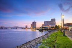 Im Stadtzentrum gelegenes New Orleans, Louisiana und der Fluss Mississipi Stockfoto