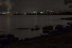 Im Stadtzentrum gelegenes Ottawa über Wasser nachts lizenzfreie stockfotografie